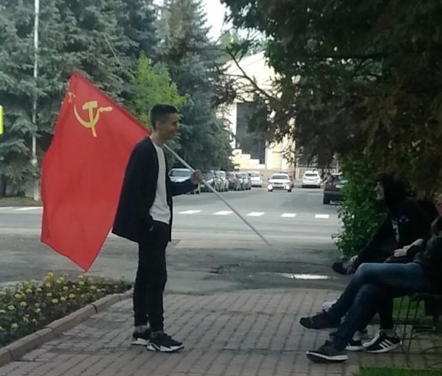 кпрф-коммунист-флаг-парень-выборы